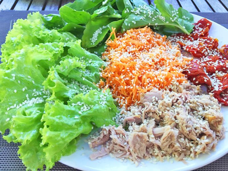 Salada de atum com tomate seco, cenoura, alface e rúcula