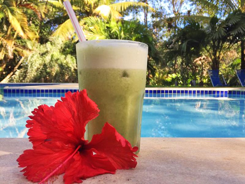 Suco de abacaxi com hortelã na piscina! Super refrescante!