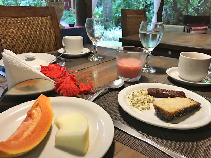 Aqui estão minhas escolhas: frutas, ricota com goiabada, suco e uma fatia de pão