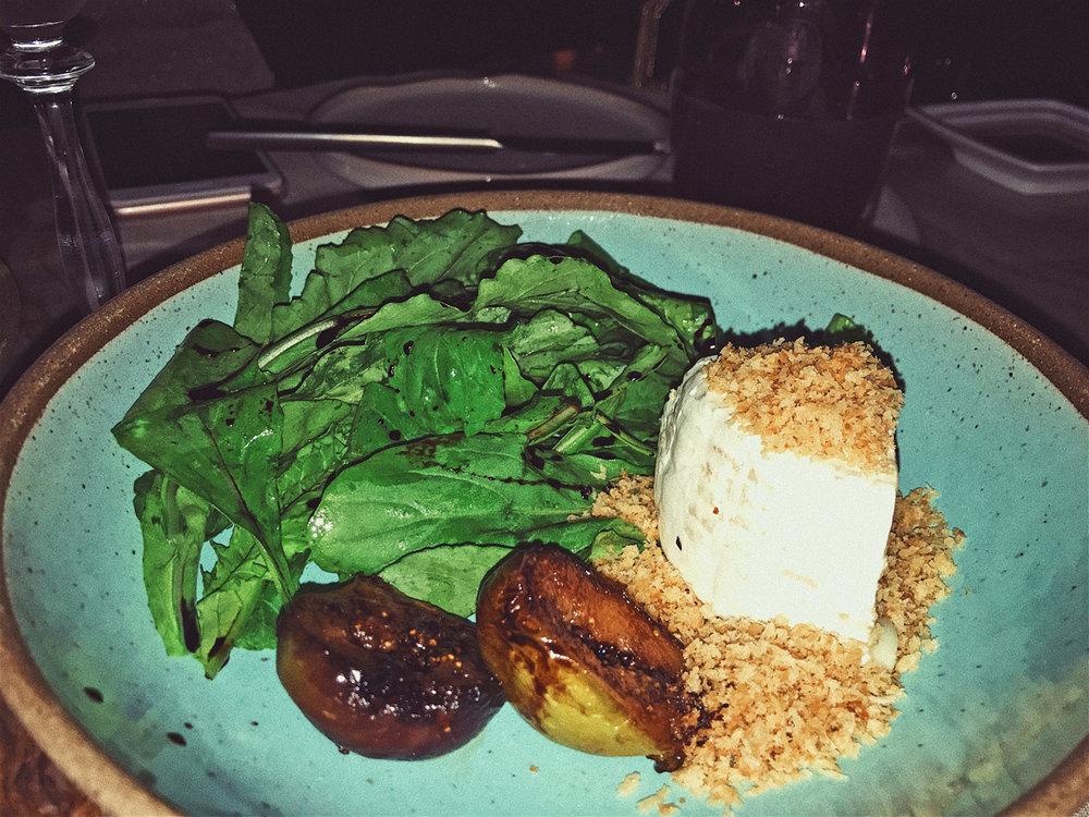 salada de rúcula, queijo de ovelha e figos caramelados ao balsâmico