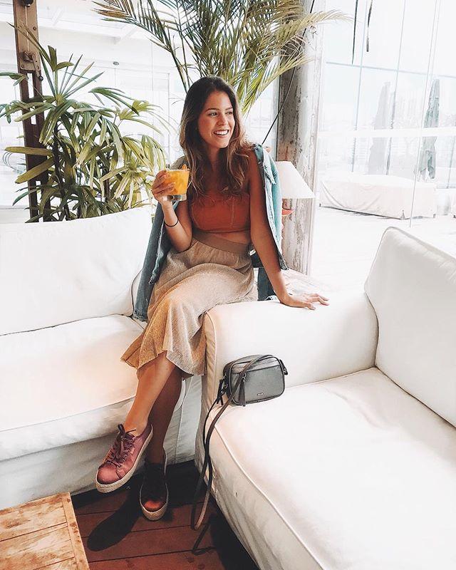 LUNCH TIME com fotos que encontrei no celular do dia em que fui experimentar a feijoada do @restaurantepobrejuan 😍 provavelmente uma das melhores da vida! 😌 começamos com alguns drinks na varanda, um ambiente climatizado e super aconchegante com aquela luz natural que a gente ama! ☀️🍹 #MandzyPeloRio