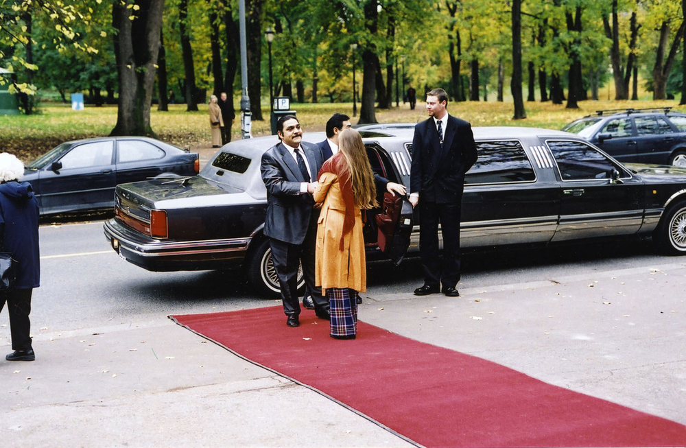 Rene Karoli arriving at the inauguration at Kunstnernes Hus,  Oct 20, 2001