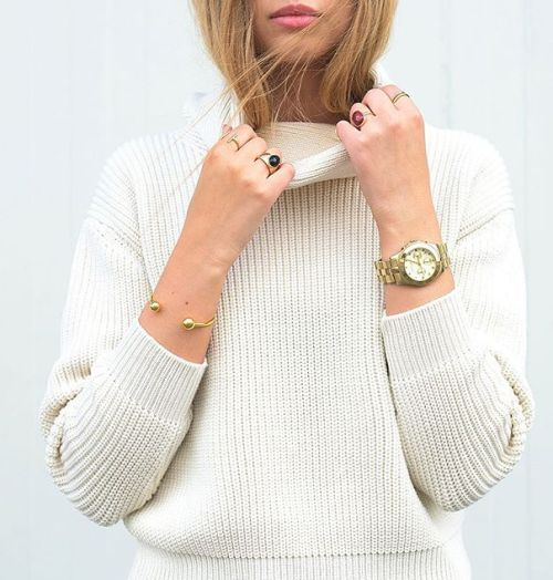 how to wear a white knit turtleneck sweater, layered rings and gold jewelry for Fall