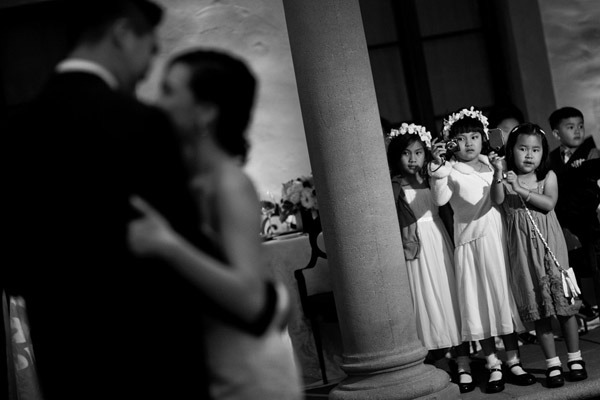 Hilarious-kids-taking-pictures-at-wedding-reception-photo-ray-soemarsono-apertura