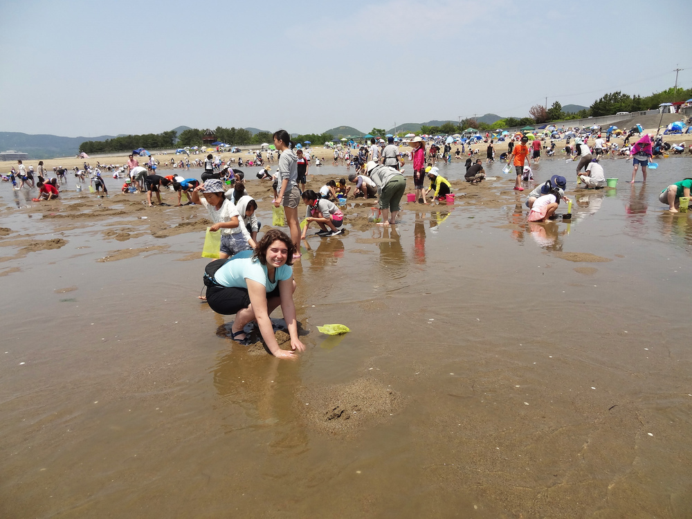 Ash taking part in the clamming frenzy. Digging in like the locals, it was even her first time, so we watched others and learned as we went.