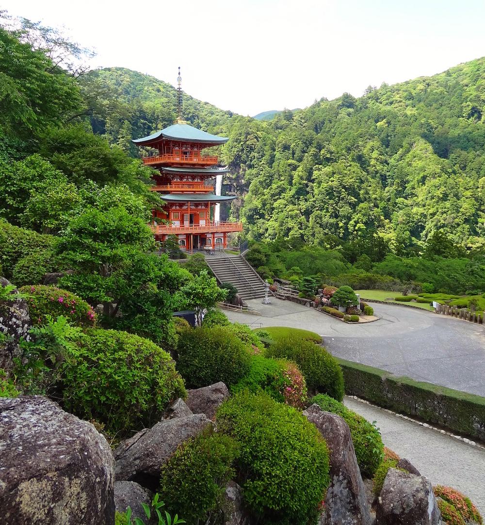 Kurano Nashi Pagodawith tallestwaterfallin Japan