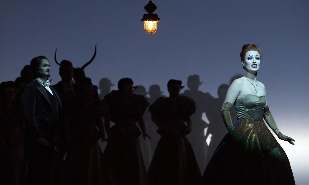 Act 2, Scene 2 - Michael Wagner (Doctor Grenvil), Martha Hirschmann (Flora Bervoix), Chorus. Linz, 2015