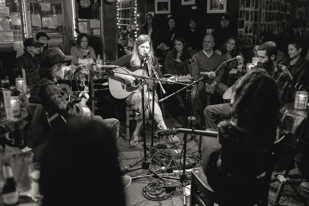 Erin Rae, 12/01/2015  , The Bluebird Cafe, Nashville, TN, US    36.102067, -86.816689   艾琳·雷,2015/12/01  ,美国田纳西纳什维尔    36.102067, -86.816689