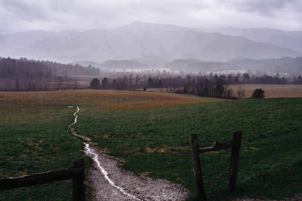 雨中凯斯科夫  ,美国田纳西汤森    35.601718, -83.836466   Cades Cove in Rain  , Cades Cove, Townsend, TN, USA    35.601718, -83.836466