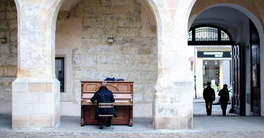 klavierspieler-im-hof-in-prag-im-winter.jpg