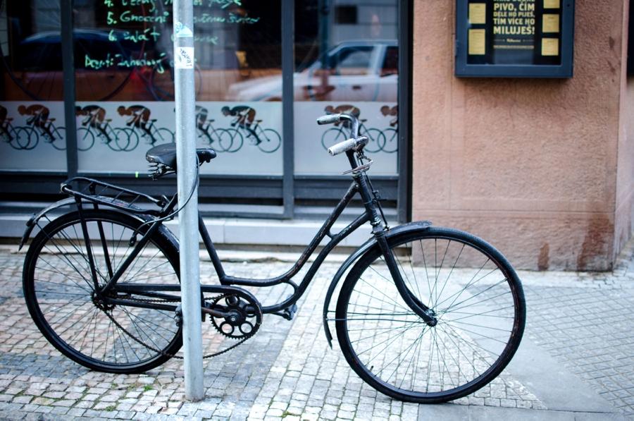 schwarzes-fahrrad-in-prag-vor-cafe.jpg