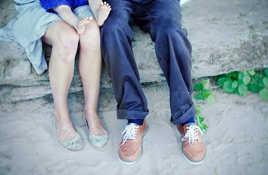 Hier wollte ich nur die Füße der drei im Bild haben. Vor dem sandig-steinigen Hintergrund heben sie sich gut ab und die kleinen, nackten Füßchen von Marie sind das i-Tüpfelchen im Bild.