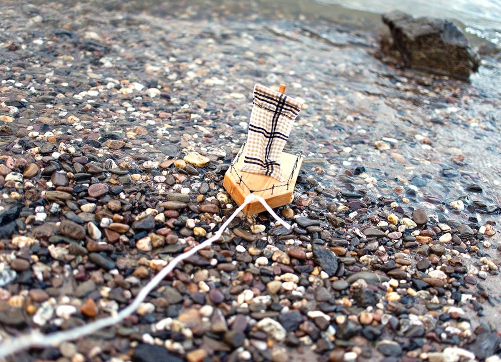 kleines-holz-segelschiff-im-fluss