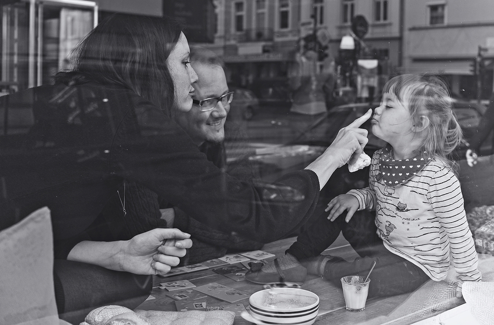 kreative-familienfotos-berlin-cafe