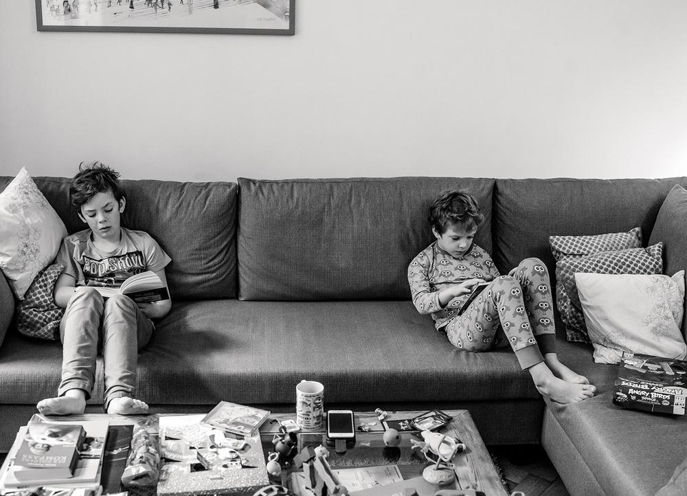 jungs-lesen-bücher-zuhause