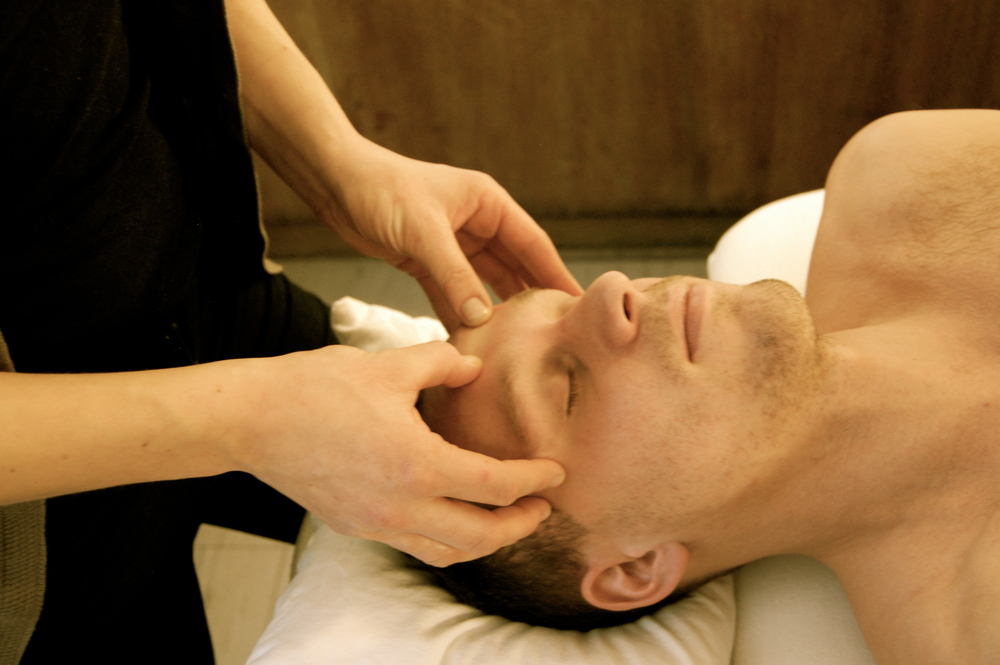 Ansigtsmassage er en afslappende behandling som løsner op for spændinger fx. fra mange timer foran computer.