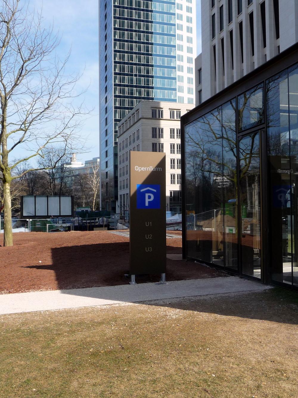 Aussenstele klein Parkhaus -Zugang.JPG
