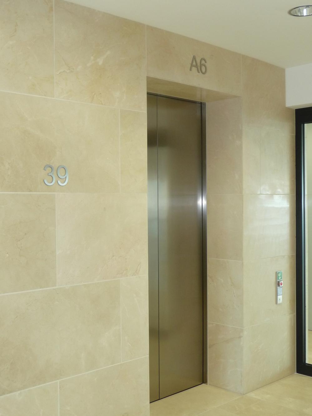 EtagenZiffern UBS Aufzugvorraum.JPG