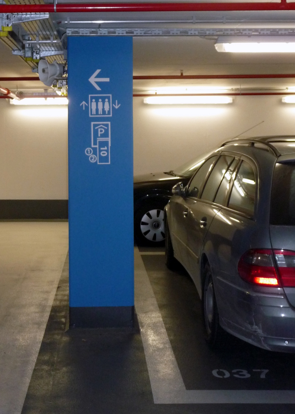 TG Wegweiser Fußgänger zu Kasse.JPG