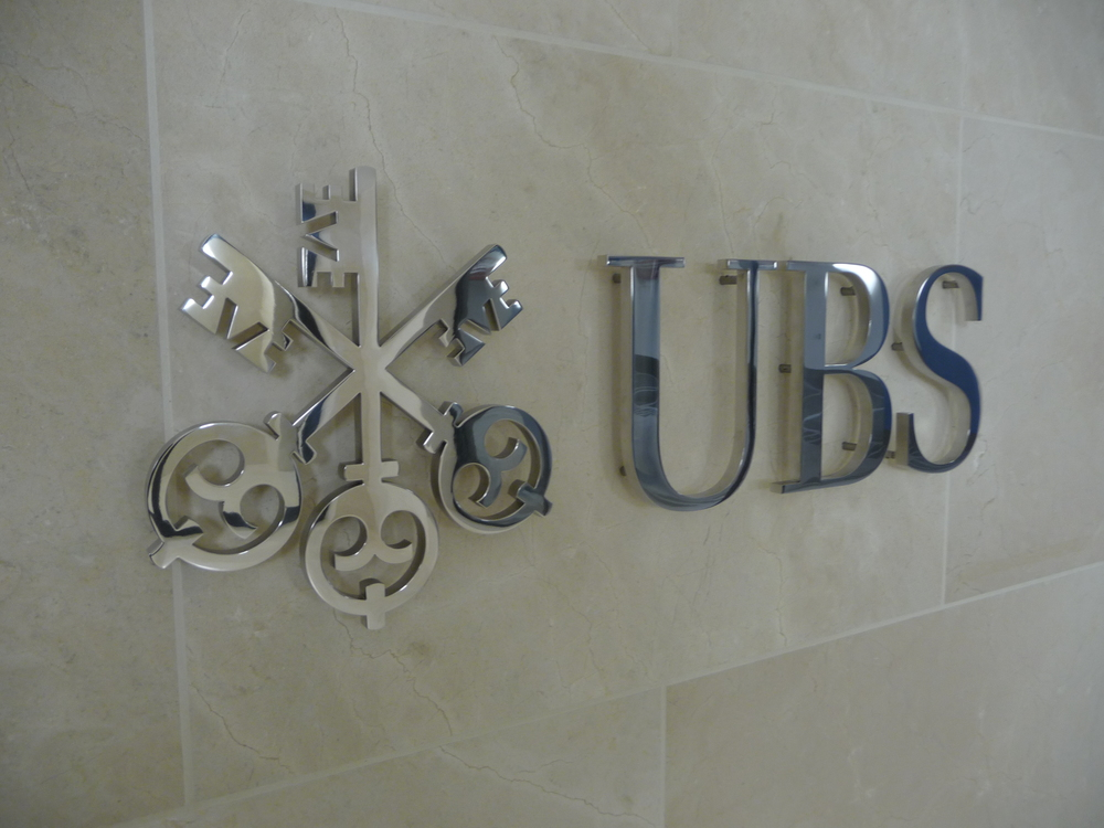 UBS Logo an Wand TG-Zugang detail.JPG
