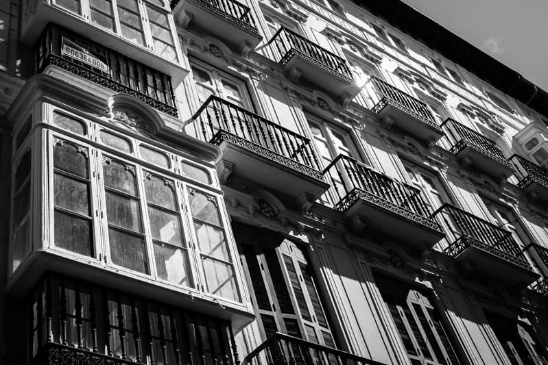 I love these ornate balconies. J'adore ces balcons ornés.