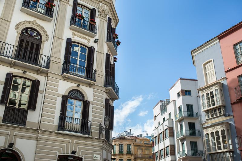 Gorgeous pastel-coloured buildings in Plaza Carbón Des beaux édifices aux tons pastel dans le Plaza Carbón