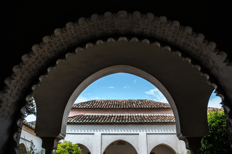 The Alcazaba of Malaga is the first real historical attraction on our trip. We're encouraged by the interest my son has in exploring the Alcazaba, despite the fact he kept saying he didn't want to go. Funny enough, I had to tell him it was a castle to persuade him into going! Le Alcazaba de Malaga est le premier monument que nous visitons en Espagne. Nous sommes encouragés par l'enthousiasme que démontre mon fils à l'explorer malgré le fait qu'il nous avait dit qu'il ne voulait pas y aller