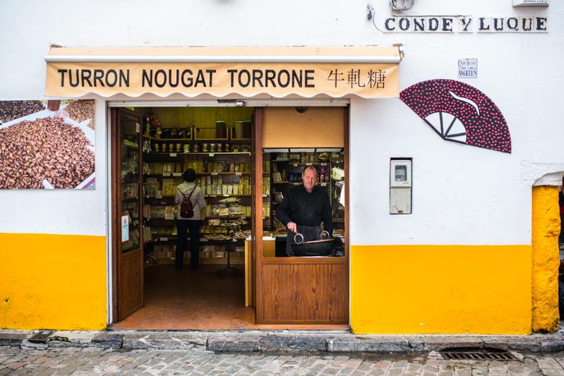 Turron maker in la Juderia / Un homme fait du torrone dans une petite commerce de la Juderia