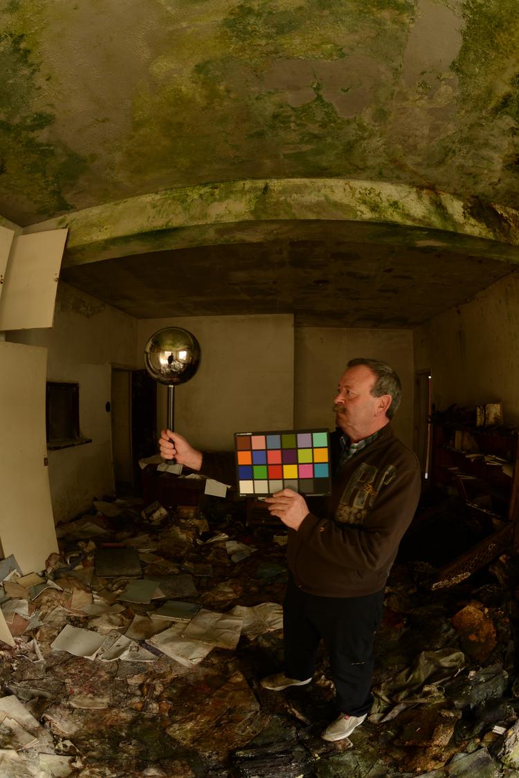 Lighting y color checker fotografiado en set. Bola cromada.