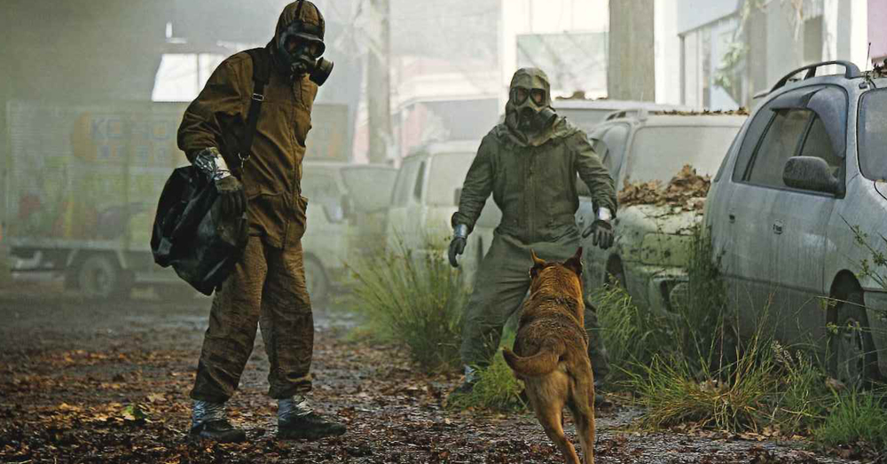 Los protagonistas vestidos con trajes para radiacion.
