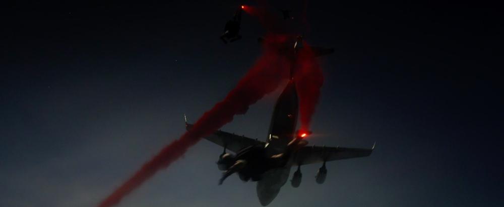 Fotograma final de la secuencia de los paracaidistas.