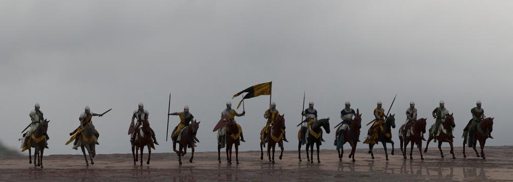 Personajes crowd a caballo.