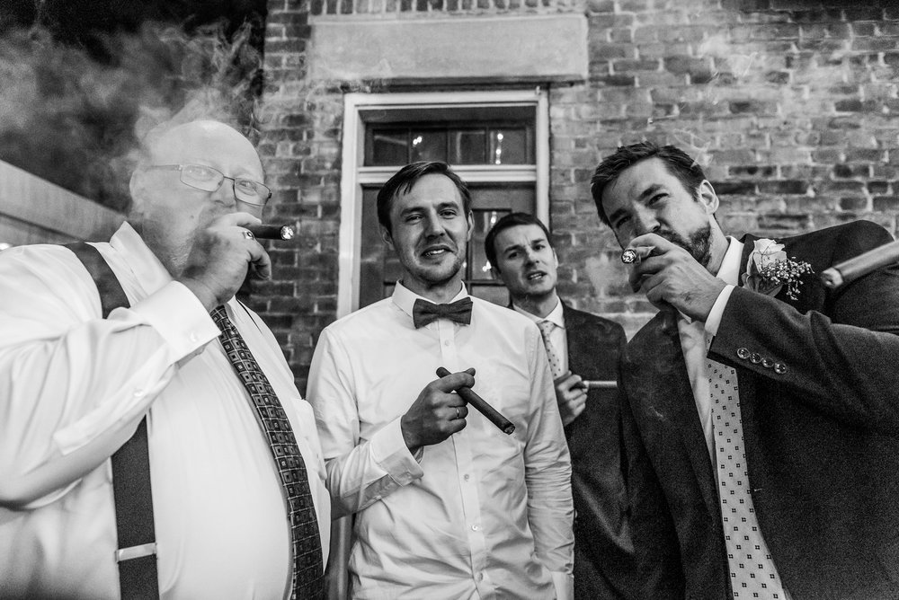 Stefy Hilmer Photography-groom smoking cigare.jpg