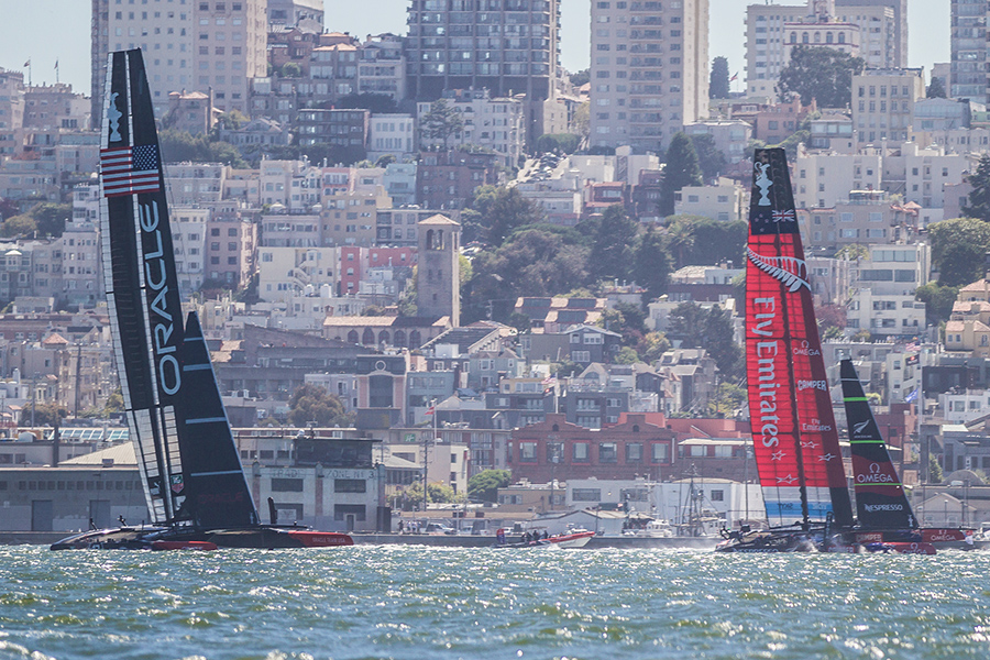 Oracle & Emirates racing up the city front on race one!
