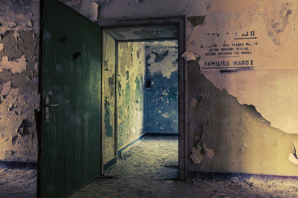 """Capítulo 15: Melhor    ::Travis::    Eu pisquei os olhos até que eles focassem na escuridão do quarto de hospital do Trenton. Meu pai estava deitado e respirando fundo em uma cama estreita no canto do quarto, eu tinha caído no sono numa cadeira ao lado da cama do Trenton. O intravenoso parecia estar sugando o ar, o sistema de comunicação fora do quarto chamava uma enfermeira para que ela fosse até a estação da enfermaria, e- desde que estou aqui - alguém entrou no quarto para tirar o sangue de Trenton, e uma enfermeira veio checar os sinais vitais e os fios de Trenton a cada hora. Eu me perguntava como alguém poderia ter algum descanso para se recuperar em um hospital. Eu nem mesmo era paciente e já estava me sentindo exausto e doente.    Meu celular vibrou, e percebi que tinha várias mensagens que não li.    """"Merda,"""" eu chiei, me sentando para checar meu telefone. Tinha só uma mensagem da Abby, me mandando boa noite. Eu sorri, evitando responder. Deus, eu sentia falta dela. Era a primeira noite que passávamos separados desde Vegas, e era uma droga. Enorme. As outras mensagens eram do Thomas e dos gêmeos. Eu li as mensagens e as respondi.     Não, sem novidades.       Ele está estável.      Eu ligo se algo mudar.     A Dra. Walsh entrou quietamente no quarto, segurando dois copos de café com tampas, parecia que ela tinha acabado de acordar de uma soneca. """"Ei.""""    """"Ei,"""" eu sussurrei, esfregando meus olhos. """"Isso é para mim?""""    Ela me entregou um dos copos, e tomou um gole do dela, olhando Trenton dormir. """"A cor dele já voltou. Os sinais vitais estão bons também.""""    """"Como você sabe?"""" eu perguntei.    Ela acenou com a cabeça em direção a porta. """"Telas na sala da enfermaria.""""    """"Você estava aqui de olho nele?""""    """"Em todos os meus pacientes, mas sim. Em especial no Trenton.""""    A resposta dela me deixou preocupado. """"Já saiu o resultado de algum dos exames?""""    A Dra. Walsh olhou Trenton da cabeça aos pés. """"Sim. A contagem de glóbulos brancos está significativamente e"""