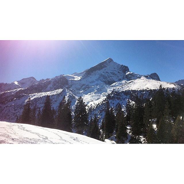 In between the snowfall #bluebird #austria #stubaital #hipsnowboarding