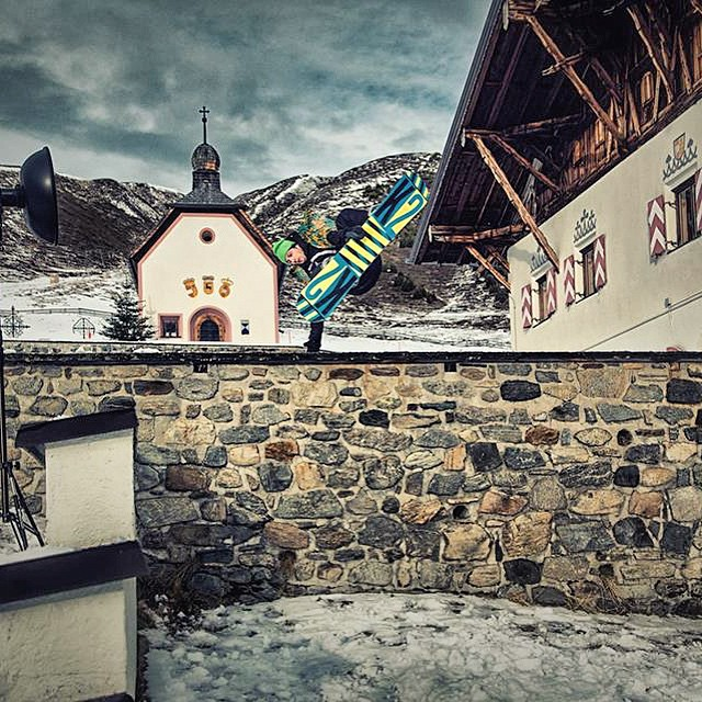 Jonas Neulinger rippin walls! Photo: Peter Buchebner #austria #shredlife #hipsnowboarding