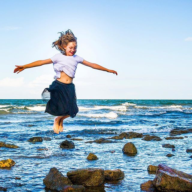 Loving the freedom of summer portraits #summerphotography #creativeportraits #portraitswithpersonality #kidsbeingkids #beachphotography #brisbanephotographer #reneebrazelphotography