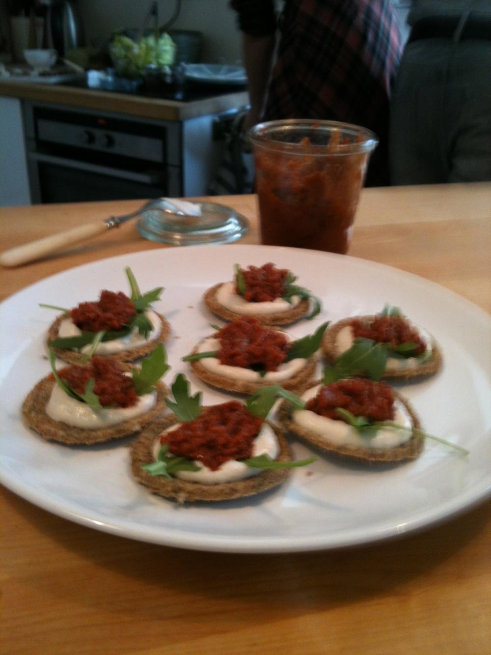 Crackers de légumes déshydratés crème de nuts, petite purée de tomates assaisonnés er feuille de roquette