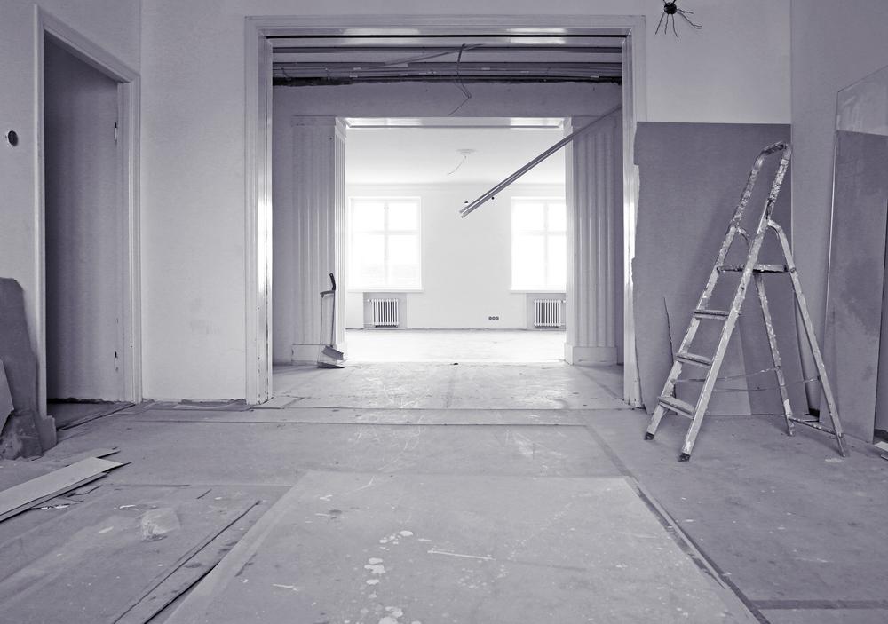 Huoneiston lattiat ovat suojattu ja tekniikkapurku käynnissä.