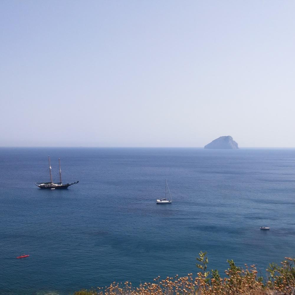 Χύτρα: Θέα καθοδόν προς την ερημική παραλία Σπαραγγάριο / On top of Sparaggario beach: Hytra rock