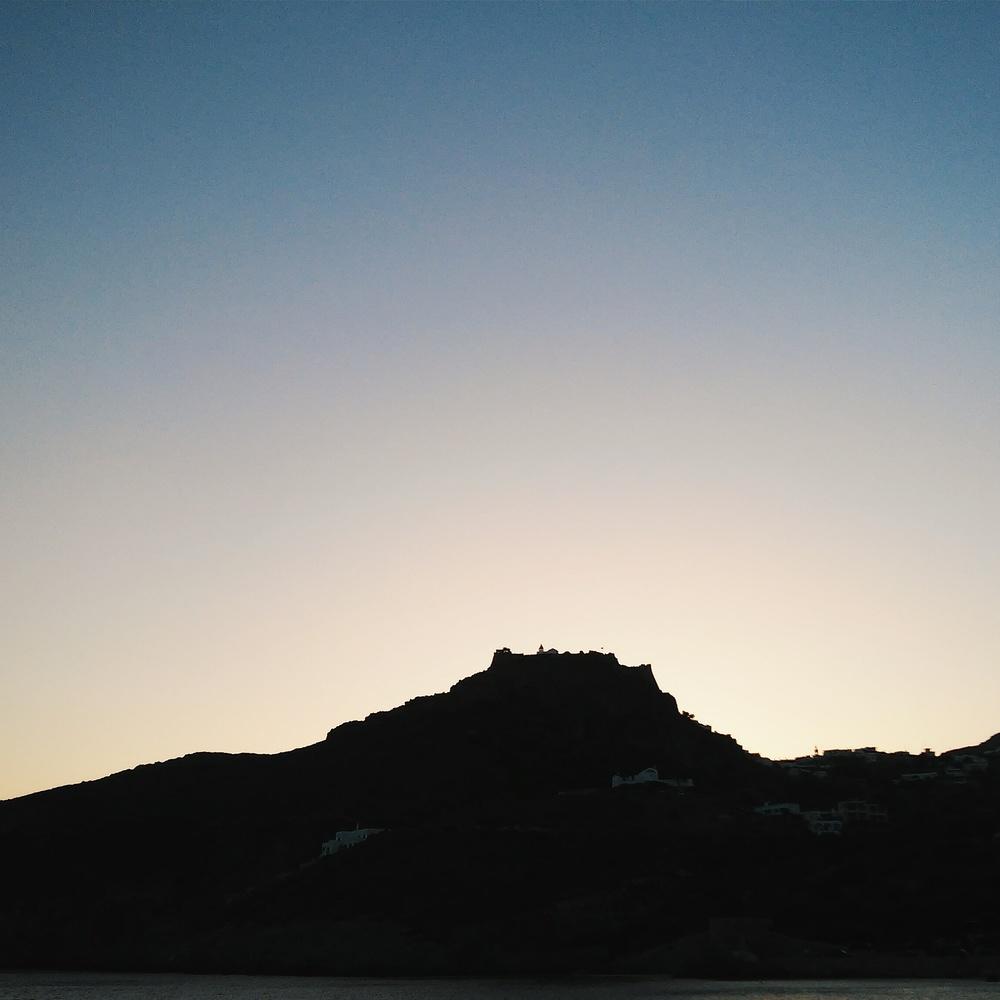 Ηλιοβασίλεμα στο Καψάλι με θέα το Κάστρο της Χώρας / Golden hour at Kapsali: Castle View