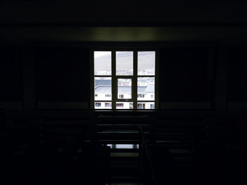 Τα παράθυρα, τα οποία παραπέμπουν στη ζωή των κατοίκων στα καϊκια