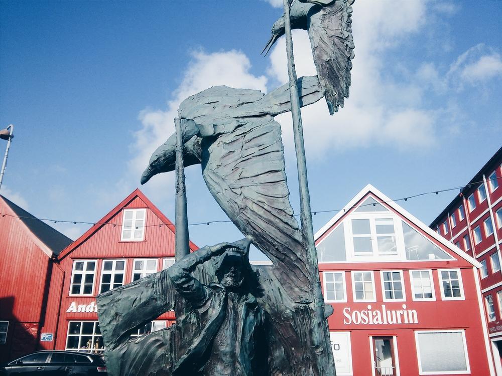 Το άγαλμα του Νολσόγιαρ Παλ στο λιμάνι της Τόρσαβν