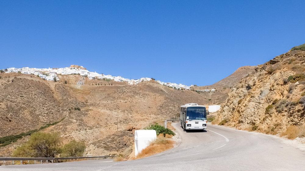 Το λεωφορείο και στο βάθος η Ανάφη