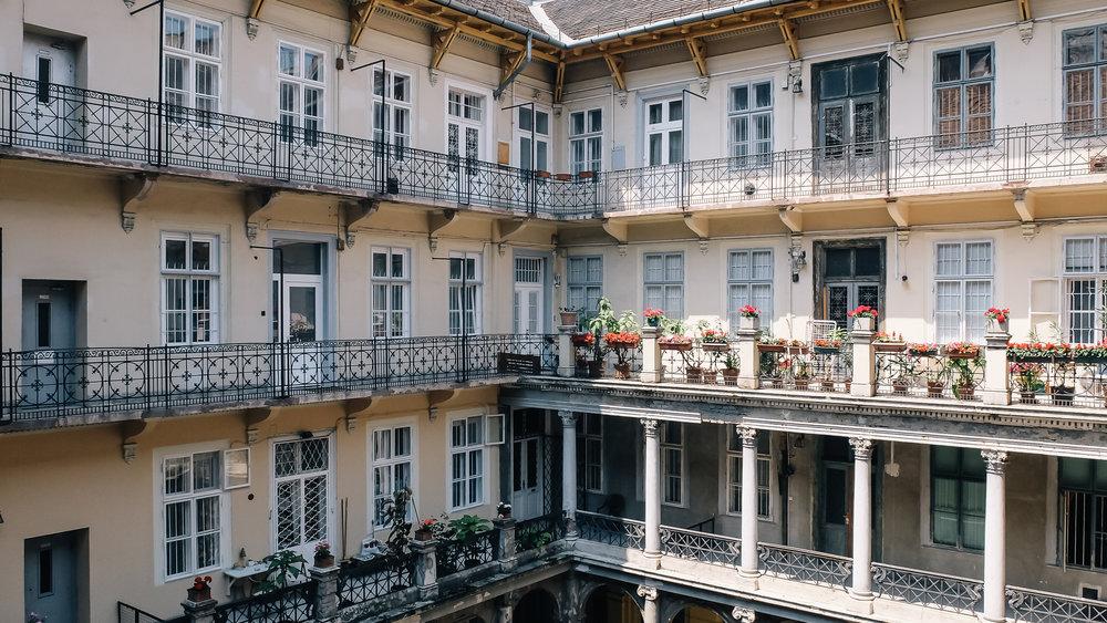 Μια απ' τις φημισμένες εσωτερικές αυλές της Βουδαπέστης