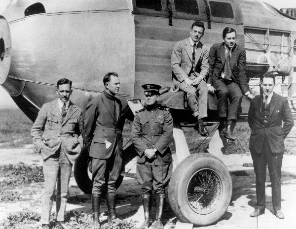 The Davis-Douglas crew pose with the Cloudster. (San Diego Air & Space Museum)