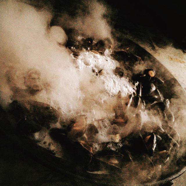 Ibland ser det dramatiskt ut men resultatet är fantastiskt. Kokta #musslor på #murikka #madeinbohuslän #orustmat #smakapåvästsverige #orustmat #madeinbohuslän #medmusslorkanmanintemisslyckas