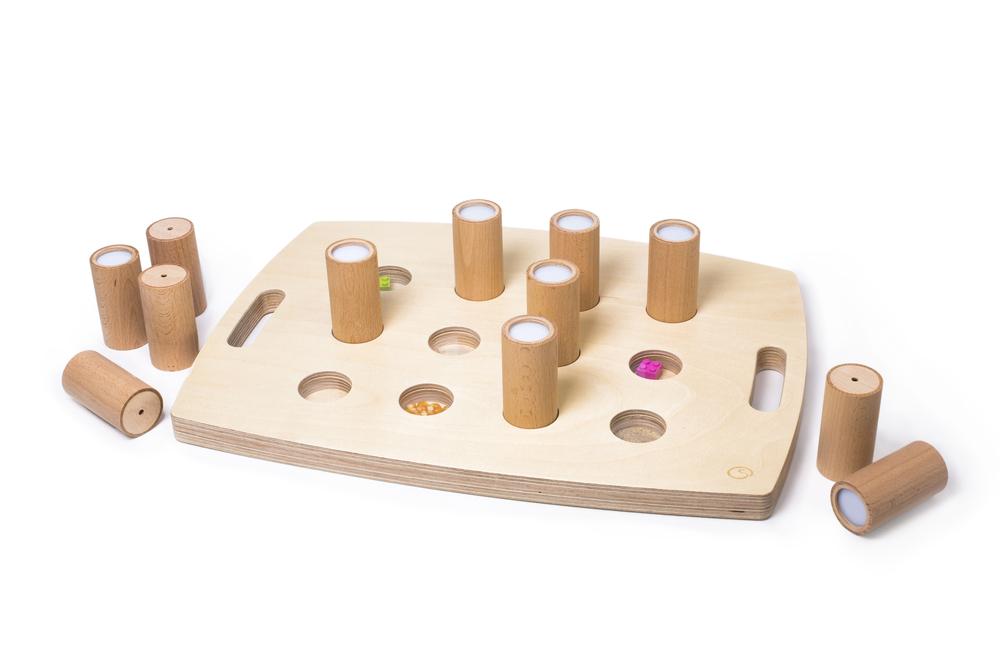 Geräuschtabloh – Jeweils zwei der Dosen haben den selben Inhalt und erzeugen beim Schütteln den gleichen Klang. Ein Guckloch ermöglicht den Blick ins Innere.