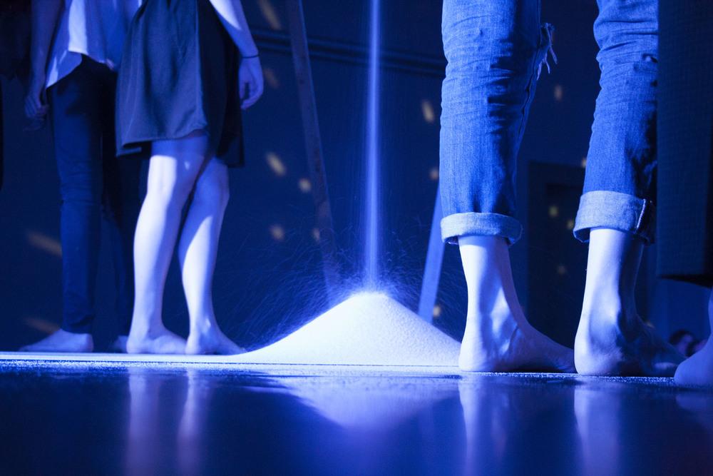 50 Kilo Sand rieseln auf die Bühne
